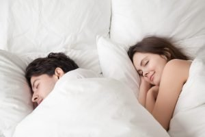 couple comfortable on new mattress-mattress360